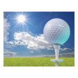 pelota de golf en una camiseta con la hierba flyer a todo color