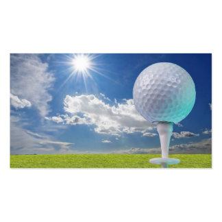 pelota de golf en una camiseta con la hierba tarjeta personal
