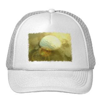Pelota de golf pegada en el casquillo del fango gorras