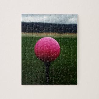 Pelota de golf rosada en un campo de golf de la mo rompecabeza con fotos