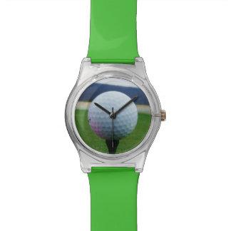 Pelota de golf rosada en un campo de golf de la relojes de mano
