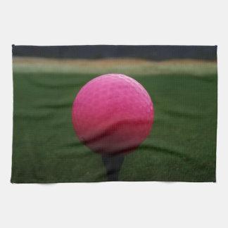 Pelota de golf rosada en un campo de golf de la toallas