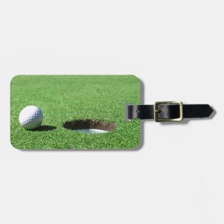Pelota de golf y agujero etiqueta para maleta
