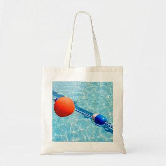 Pelota de playa anaranjada en una piscina bolsa tela barata