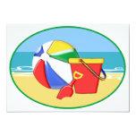 Pelota de playa, cubo y pala en la orilla comunicados personalizados