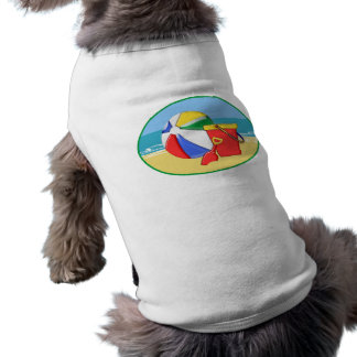 Pelota de playa, cubo y pala en la orilla playera sin mangas para perro