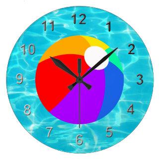 Pelota de playa del verano reloj redondo grande