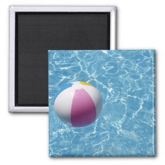 Pelota de playa en piscina imán de frigorífico