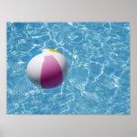 Pelota de playa en piscina póster