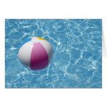 Pelota de playa en piscina tarjeta de felicitación