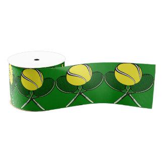 Pelota de tenis con la cinta cruzada de las lazo de tela gruesa
