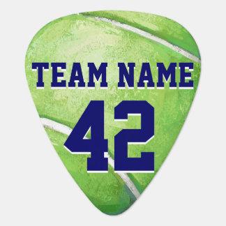 Pelota de tenis con nombre y número del equipo púa de guitarra