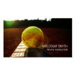 Pelota de tenis del instructor del tenis en el plantilla de tarjeta personal