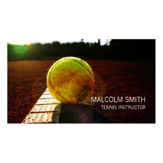 Pelota de tenis del instructor del tenis en el tarjetas de visita