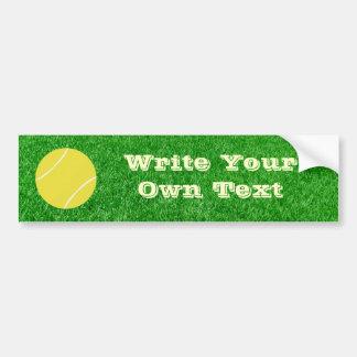 Pelota de tenis en césped etiqueta de parachoque