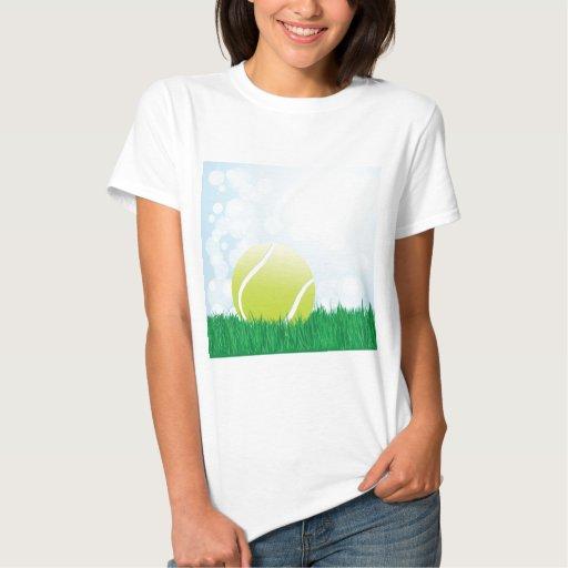 pelota de tenis en hierba playera