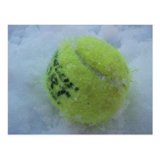 Pelota de tenis en la nieve tarjetas postales