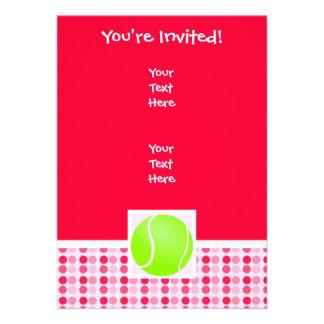 Pelota de tenis linda invitación