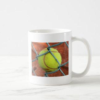 ¡Pelota de tenis pegada! Taza Clásica