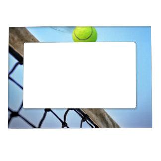 Pelota de tenis que fuma que vuela sobre red foto de imanes