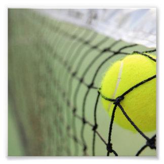 Pelota de tenis que golpea la red arte con fotos