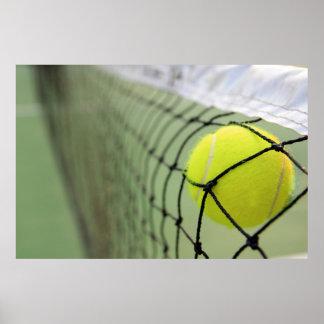 Pelota de tenis que golpea la red póster