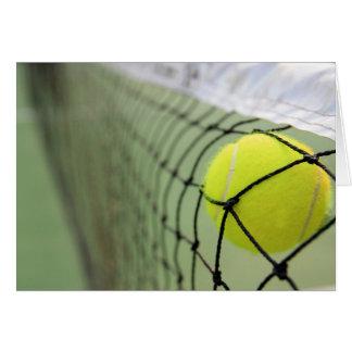 Pelota de tenis que golpea la red felicitacion