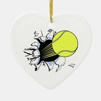 pelota de tenis que rasga a través adorno navideño de cerámica en forma de corazón