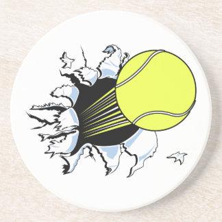 pelota de tenis que rasga a través posavasos cerveza