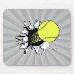 pelota de tenis que rasga a través alfombrilla de raton