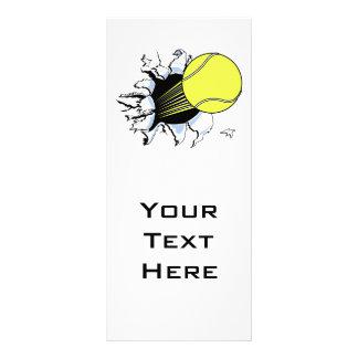 pelota de tenis que rasga a través tarjetas publicitarias a todo color