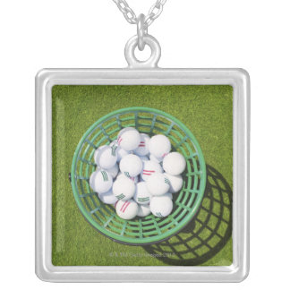 Pelotas de golf en una cesta que se sienta en colgante cuadrado