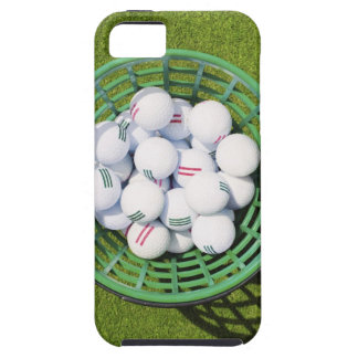 Pelotas de golf en una cesta que se sienta en verd iPhone 5 Case-Mate cárcasas