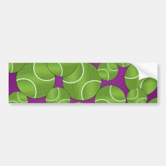 Pelotas de tenis púrpuras enrrolladas etiqueta de parachoque