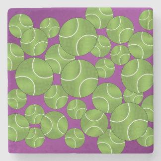 Pelotas de tenis púrpuras enrrolladas posavasos de piedra