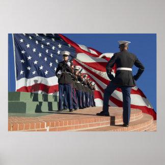Pelotón marino del rifle en una ceremonia fúnebre  impresiones