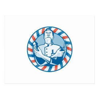Peluquero con el cortador y las tijeras del pelo d postal