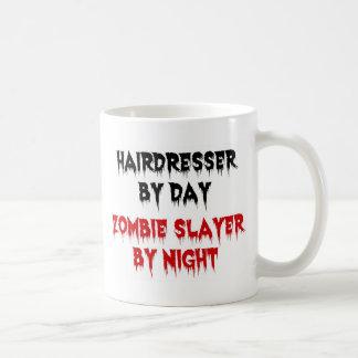 Peluquero del asesino del zombi del día por noche taza