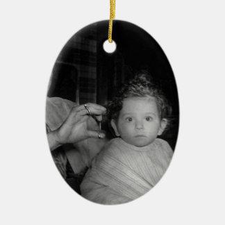 Peluquero - primer corte de pelo adorno navideño ovalado de cerámica