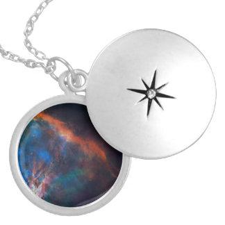 Penacho del gas cerca del borde de la nebulosa de collar redondo
