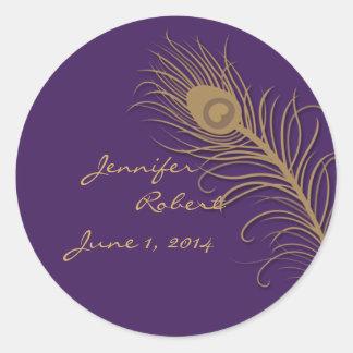 Penacho del pavo real en sello del sobre del oro y etiqueta redonda
