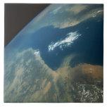 Penacho del polvo sobre el Mar Rojo Azulejo Ceramica