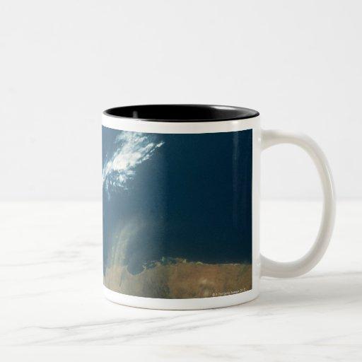 Penacho del polvo sobre el Mar Rojo Tazas De Café