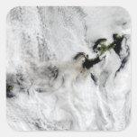 Penacho del volcán de Okmok, islas Aleutian 2 Pegatina Cuadrada