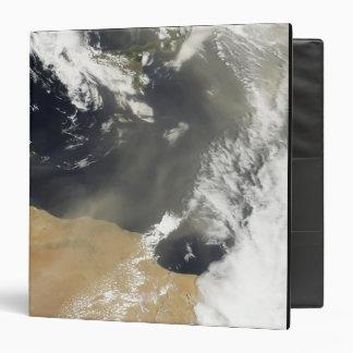 """Penachos del polvo que descargan la costa africana carpeta 1 1/2"""""""