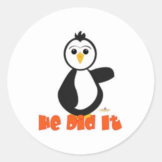 Penguin Pointing Left He Did It Orange Round Stickers