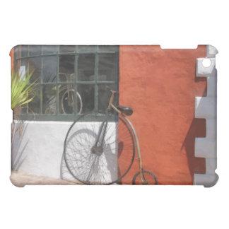 Penique-Comino delante de la tienda de la bici