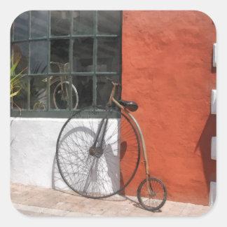 Penique-Comino delante de la tienda de la bici Pegatina Cuadrada