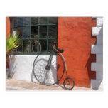 Penique-Comino delante de la tienda de la bici Postal