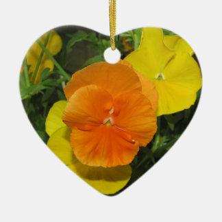 Pensamiento anaranjado y amarillo de los pensamien ornamentos de navidad
